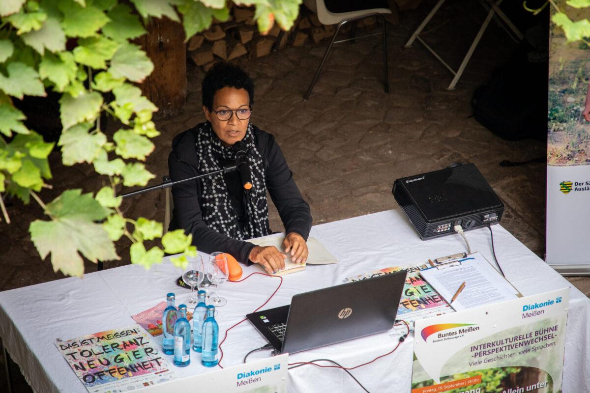 Mo Asumang bei der Lesung auf der Interkulturellen Bühne Literaturfest Meißen 2021